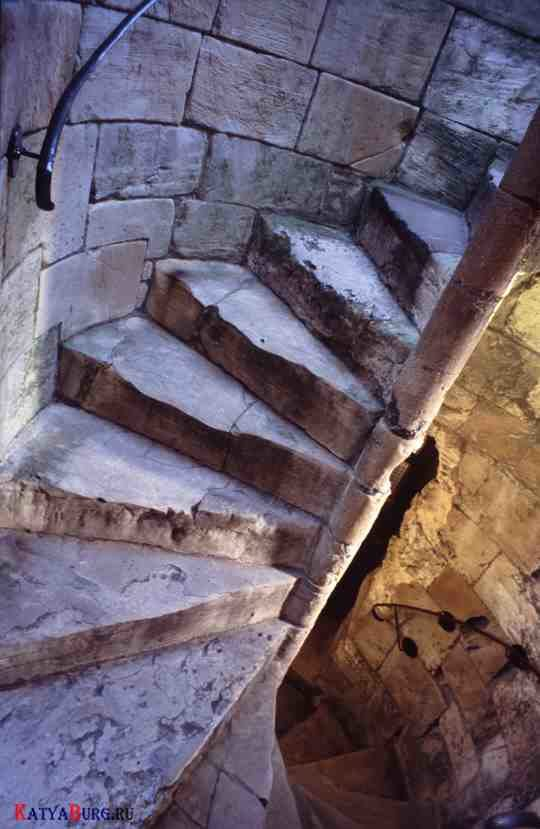 spiral-stairs-staircase-steps-spiraling-curved-stone-castle
